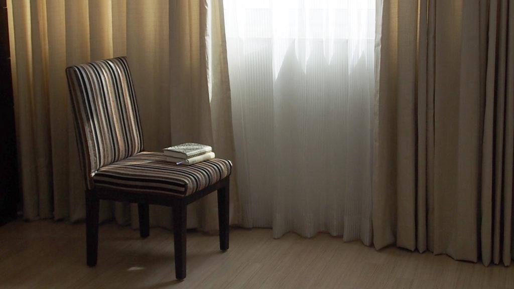 窓と椅子、本