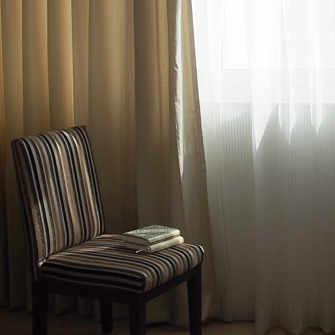 窓と椅子、本2