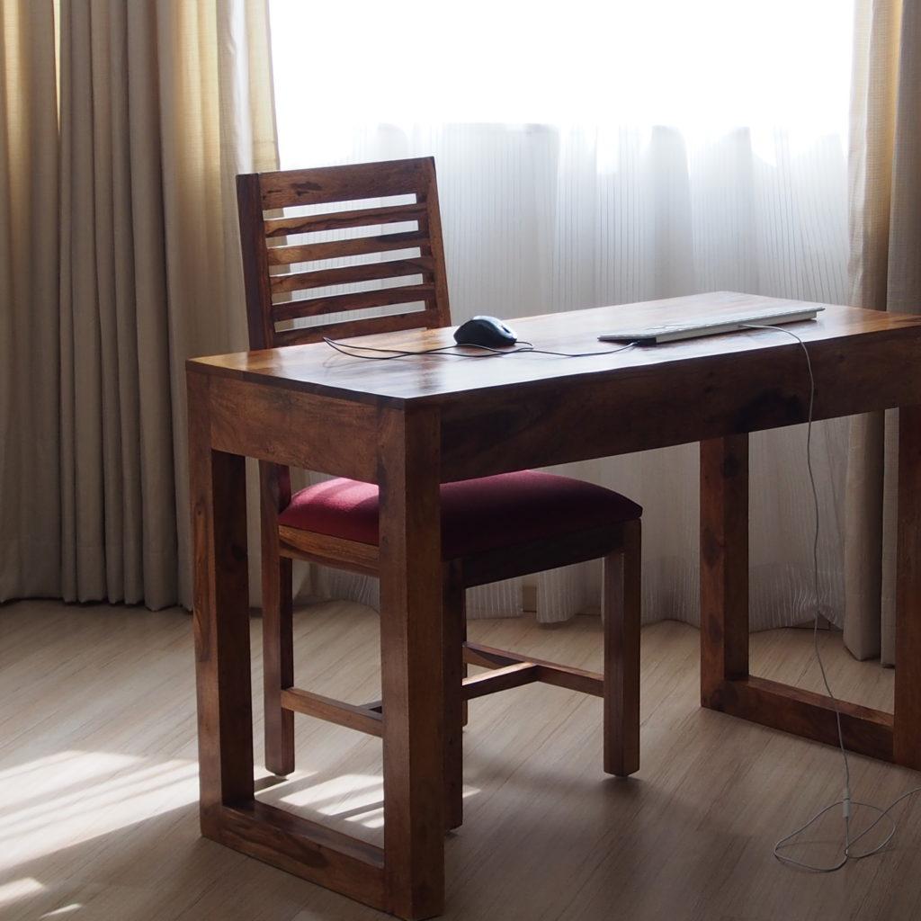パソコン部屋の机