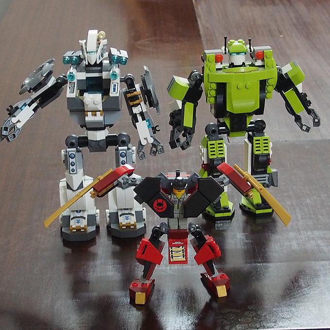 3体のレゴのロボット